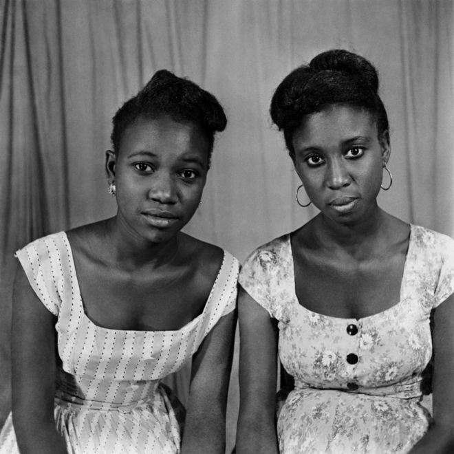 Deux femmes posent pour la photo, dans le studio de Roger DaSilva.