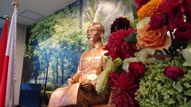 Mẫu tượng Chủ tịch Hồ Chí Minh ngồi đọc báo được đặt tại trung tâm văn hóa nghệ thuật thành phố.
