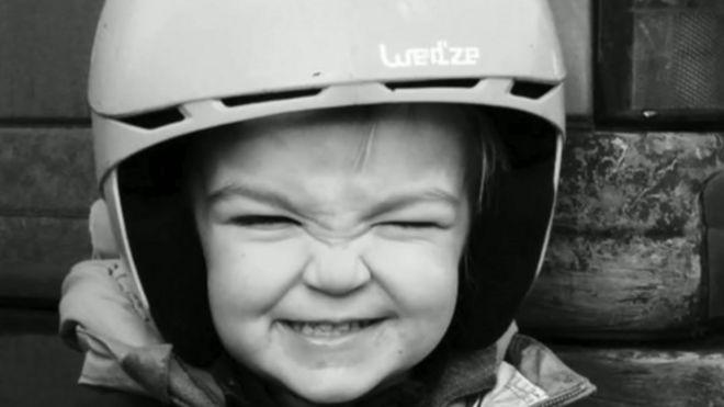 Kiara戴着头盔,对着镜头微笑
