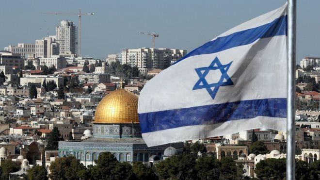 Una bandera israelí ondea en Jerusalén.