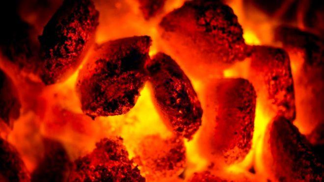 Мальчик из Пакистана ходил по горячим углям, никак не показывая, что испытывает боль