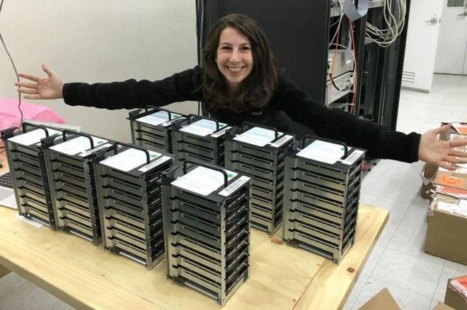 博曼与载有望远镜搜集得来的资料的电脑硬盘合照。
