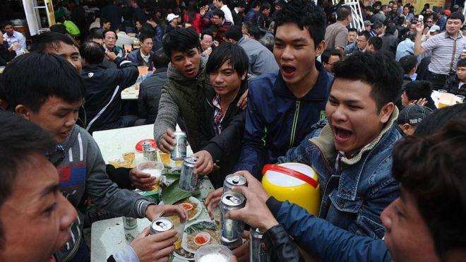 Thanh niên trẻ Việt Nam tại một lễ hội bia hơi ở Hà Nội (Hình minh họa)
