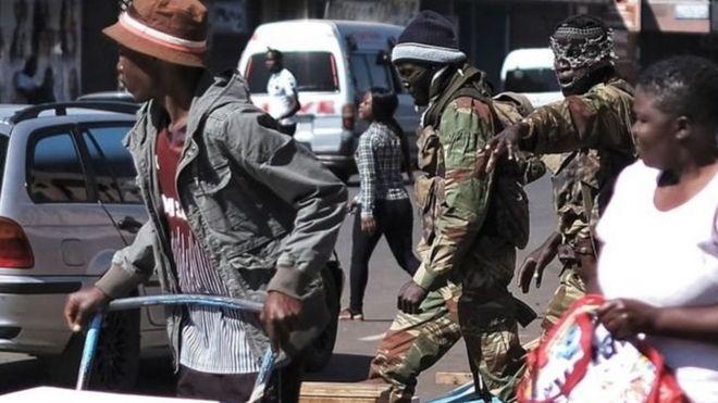 Wanajeshi wanapiga doria katika barabara za Harare