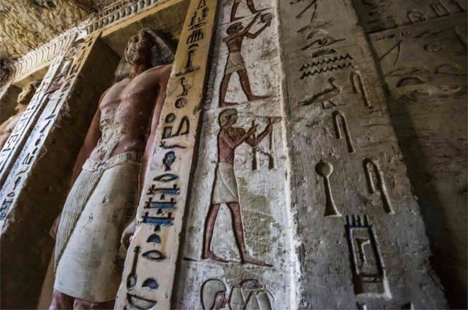 مجسمه ها و نوشته های رنگی درون مقبره