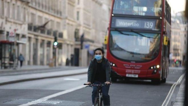 حافلة ودراجة في لندن