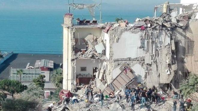 В Неаполе рухнул пятиэтажный дом, под завалами есть люди