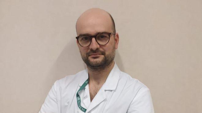 El doctor Antonio Messina trabaja en el pabellón de cuidados intensivos del hospital IRCCS Humanitas de Milán, en Italia.