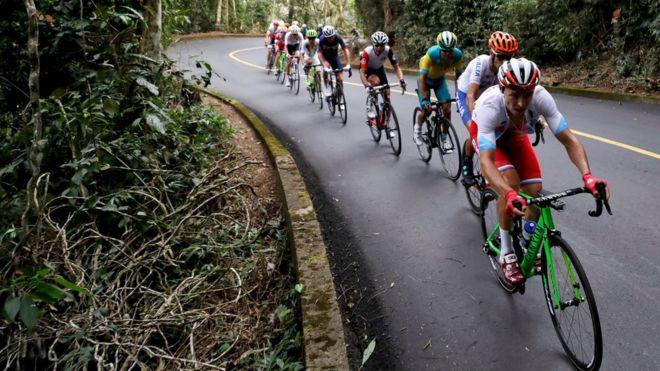 ciclistas circulando en carretera
