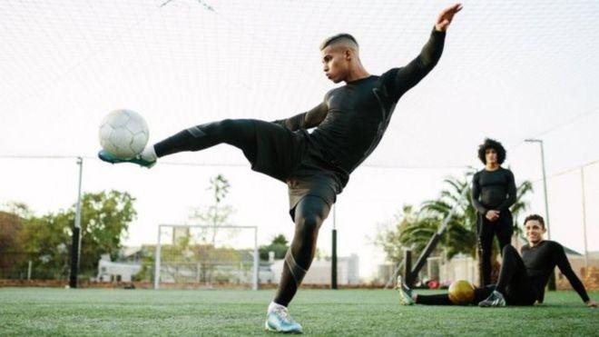 دراسة: خطر وفاة لاعبي كرة القدم بأمراض القلب