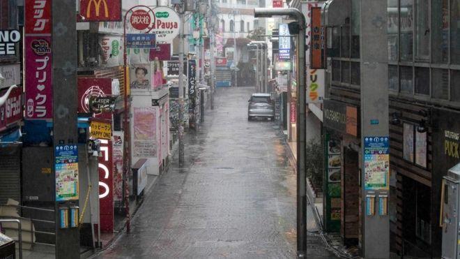 El distrito de Harajuku, de Tokio, por lo general repleto de personas, está desierto.