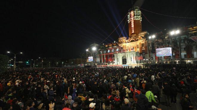 元旦在台北的总统府前参加升旗对许多台湾人来讲意义重大。