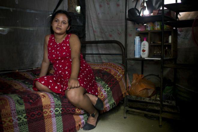 Нахан сидит в лачуге с одной спальней, которая является ее домом