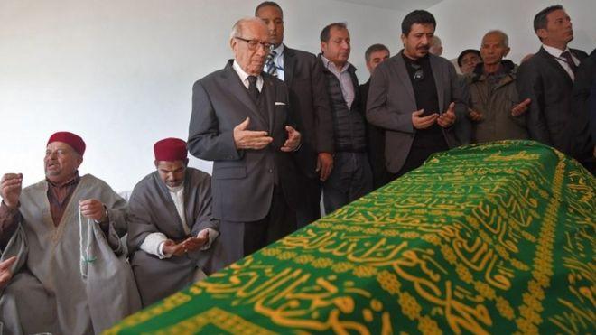 شارك الرئيس التونسي الباجي قايد السبسي في جنازة علية ضمن الشخصيات التي حضرت جنازته والذين صلوا عليه وحضروا مراسم دفنه في مقبرة بالعاصمة تونس.