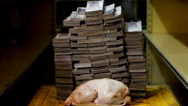Un pollo entero crudo de 2,4 kilos al lado de una montaña de 14.600.000 bolívares.