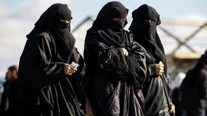 Grupo de mulheres no campo de prisioneiros de al-Hol