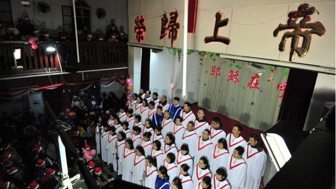 Một dàn đồng ca hát thánh ca trong lễ thánh đêm Giáng sinh 24/12/2017 tại nhà thờ ở tỉnh An Huy, phía đông Trung Quốc.