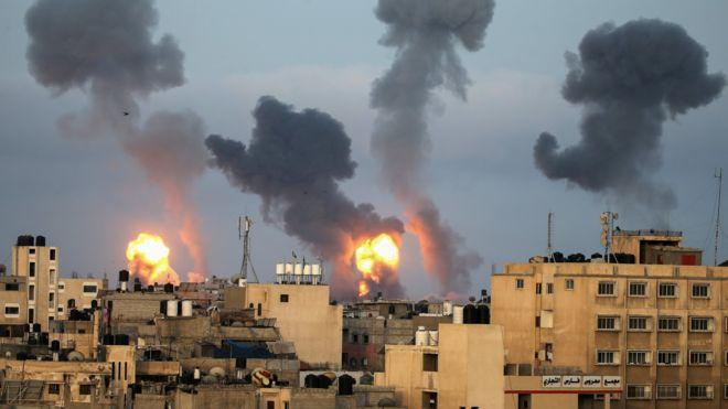 النيران تشتعل في غزة بعد الغارات الإسرائيلية.