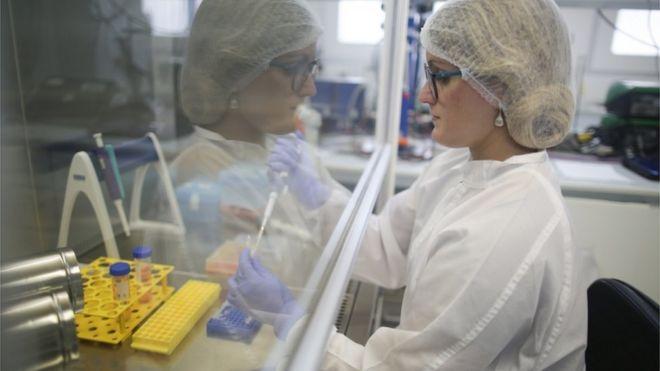 Pesquisadora Renata Magalhaes trabalha em estudo sobre vacinas na Universuidade Federal do Rio de Janeiro