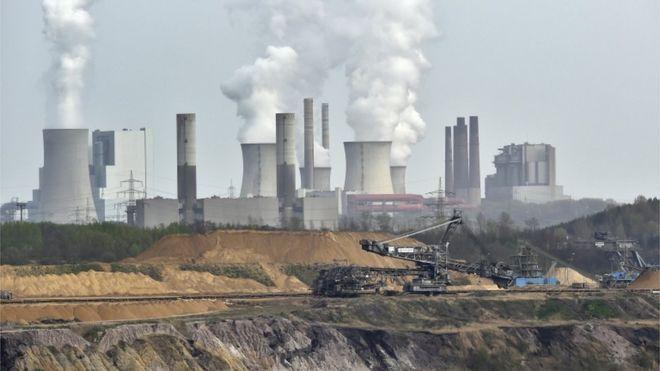 Открытая добыча полезных ископаемых Garzweiler перед курящей электростанцией недалеко от города Гревенбройх на западе Германии.