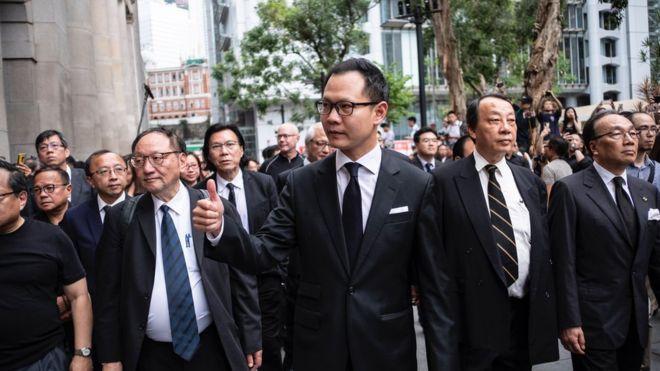 Luật sư tại Hong Kong tuần hành trong im lặng để phản đối dự luật dẫn độ