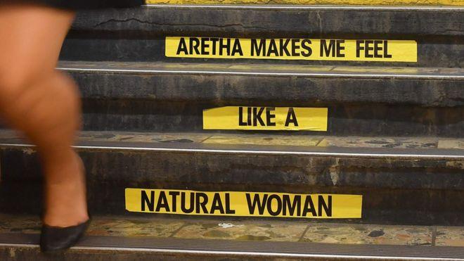 Название песни было наклеено на лестницу на станции Franklin St в нью-йоркском метро