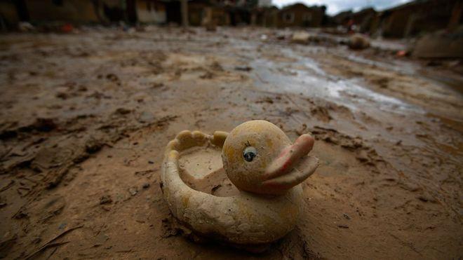 Резиновый утенок на пострадавшей от наводнения улице