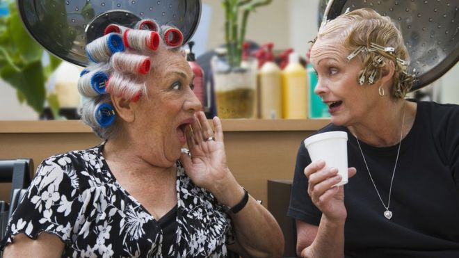 Mujeres conversando en la peluquería