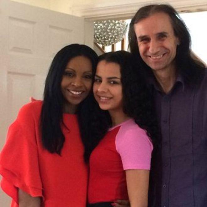 Анушка с матерью Анжулой и отцом Роем