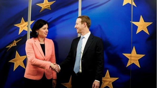 Vera Jourova, vice-presidente da Comissão Europeia, cumprimenta Mark Zuckerberg