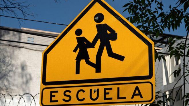 Caretel de señalización de escuela.