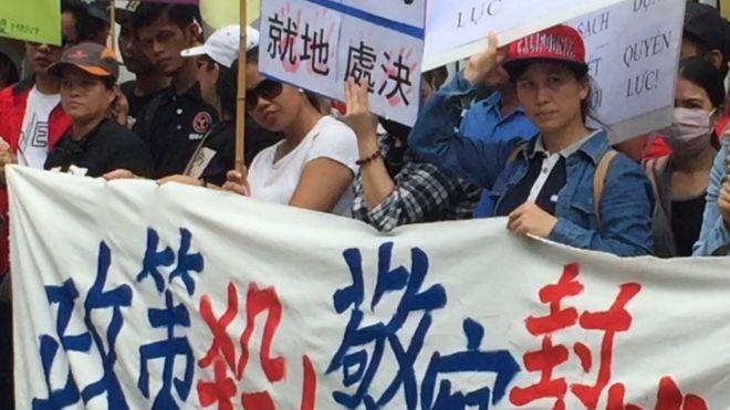"""Phía cảnh sát ra thông cáo nói người Việt Nam này đã """"tấn công họ"""", người biểu tình yêu cầu điều tra làm rõ."""