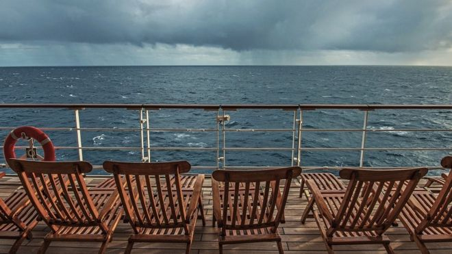 _98876230_cruise.ship.deck.storm.g.jpg