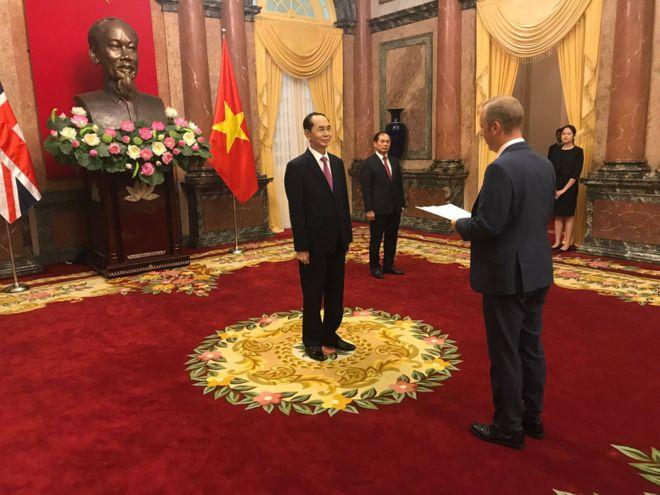 Ông Gareth Ward trình quốc thư trước Chủ tịch Trần Đại Quang.