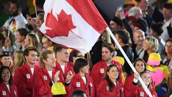 2016年8月5日,加拿大的旗手Rosannagh Maclennan带领她的国家代表团在里约热内卢的马拉卡纳体育场举行的里约2016年奥运会开幕式上
