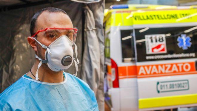 Homem veste máscara e outros equipamentos de proteção na Itália