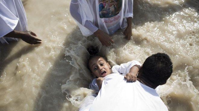 تعميد مسيحي أرثوذكسي إريتري، خلال عيد الغطاس، في موقع معمودية قصر اليهود على الضفة الغربية لنهر الأردن