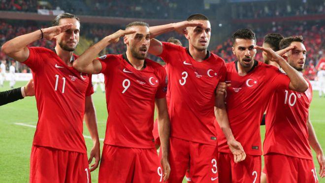 ผู้เล่นตุรกีคำนับ 11 ต.ค. 19 - Cenk Tosun อยู่อันดับสองจากซ้าย