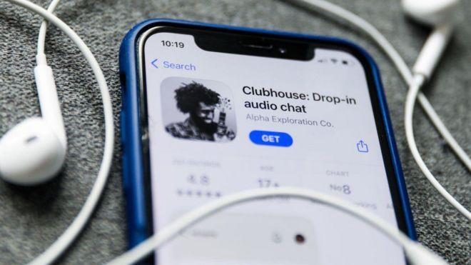 Celular baixando aplicativo do Clunhouse