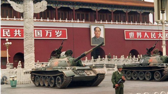 1989年6月9日的天安門廣場,一名士兵站在坦克旁