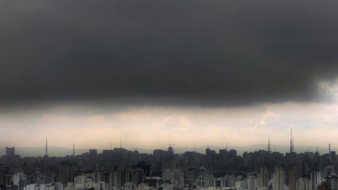 Horizonte em São Paulo com prédios e mancha de poluição no céu