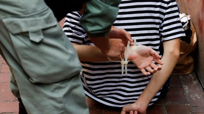 香港《国安法》通过后,市民继续上街抗议,警方以《国安法》为由拘捕10人。
