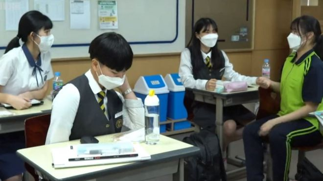 Estudiantes con mascarillas en una escuela de Seúl