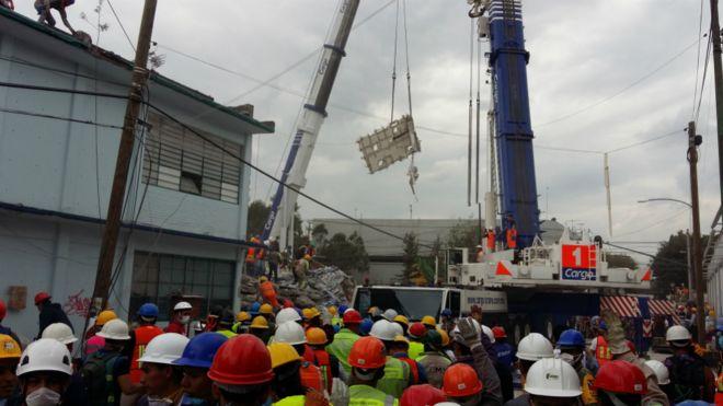 Labores de rescate en el lugar donde se derrumbó el edificio.