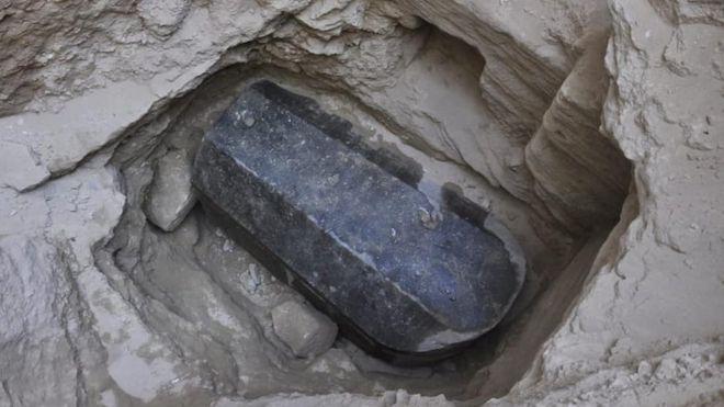 Sarcófago preto de granito encontrado na cidade de Alexandria