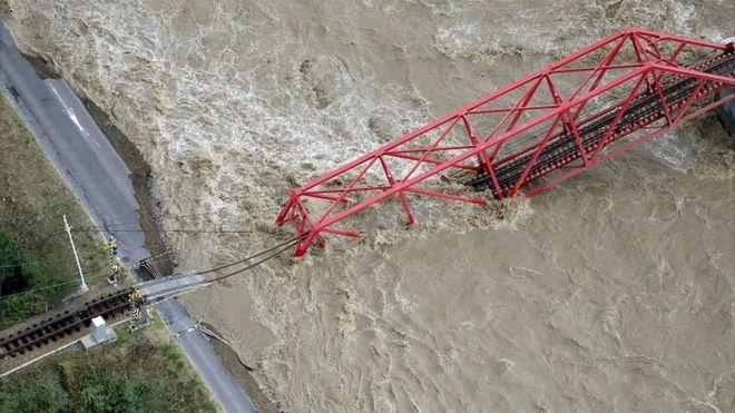 انهار جسر للسكة الحديدية على نهر تشيكوما