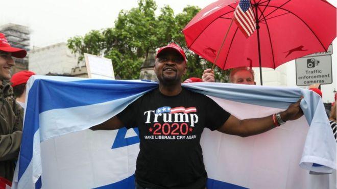 Un hombre en Londres llega una camiseta con la campaña a presidente de Trump 2020.