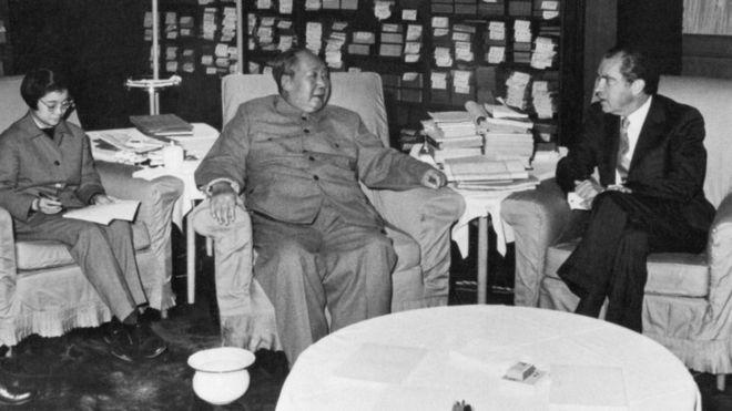 Mao se encuentra con Nixon en Pekín.