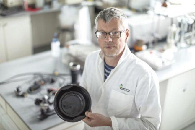 ดร. แอนดรูว์ เทอร์เนอร์ และของใช้จากพลาสติกดำที่นำมาทดสอบหาสารอันตราย