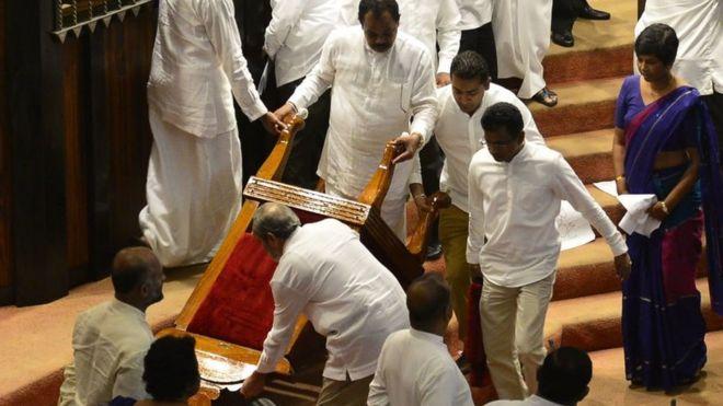 இலங்கை நாடாளுமன்றத்தில் மிளகாய்ப் பொடி தாக்குதல், சபாநாயகர் மீது நாற்காலி வீச்சு
